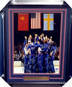 1980 Miracle on Ice USA Olympic Hockey Team autographed 16x20 photo matted & framed with nameplate (Grandstand)