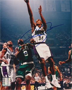 Ray Allen autographed Milwaukee Bucks 8x10 photo (Score Board)